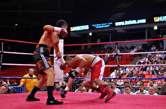 Herrera (L) drops Diaz at the end of the third round