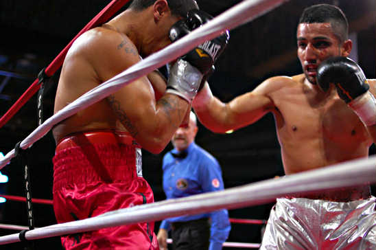 Popoca (R) regains the upper hand at the end of the fourth round
