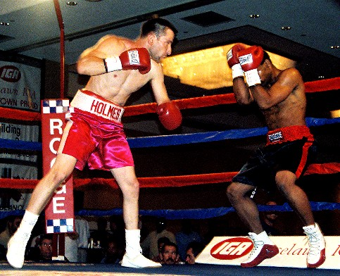 Holmes en route to winning his bout versus Nathan Wilkes (photo by Juan C. Ayllon)
