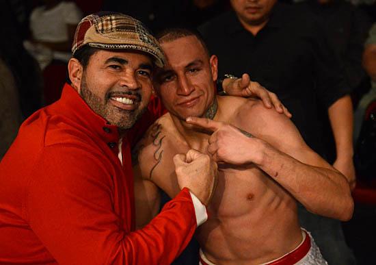 Fidel Navarrete (R) poses with Ozzie Guillen