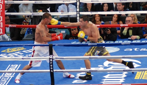 Omar Figueroa (Right) Throws a long right hand to the head of Jerry Belmontes.