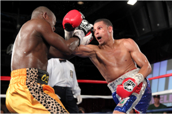 Rojas (R) wins a UD over Osiobe - Photo credit: DiBella Entertainment/Ed Diller