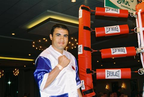 Jesus Chavez at ringside (photo by Juan C. Ayllon).