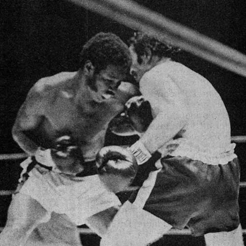 Vinnie Curto (right), going toe-to-toe with middleweight champ Rodrigo Valdes in their 1974 non-title match in Madison Square Garden (photo photo by Arturo LeConte in World Boxing Magazine).